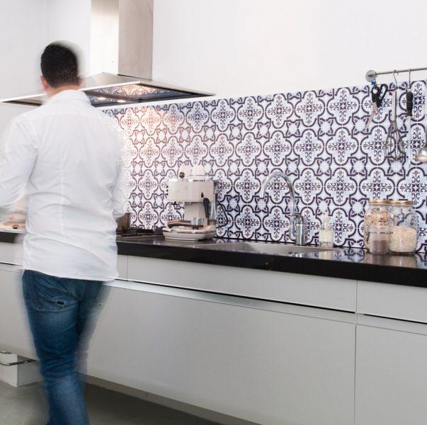 Spatwand voor de keuken met Portugese tegels. Bezoek onze website voor meer keuken spatwanden